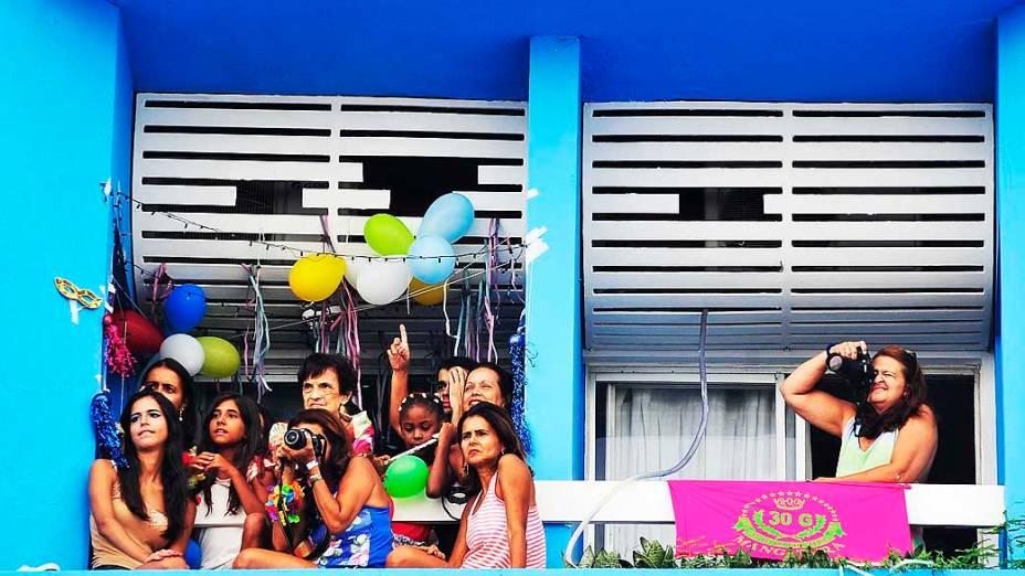 Turistas observam passagem do trio elétrico de Claudia Leitte