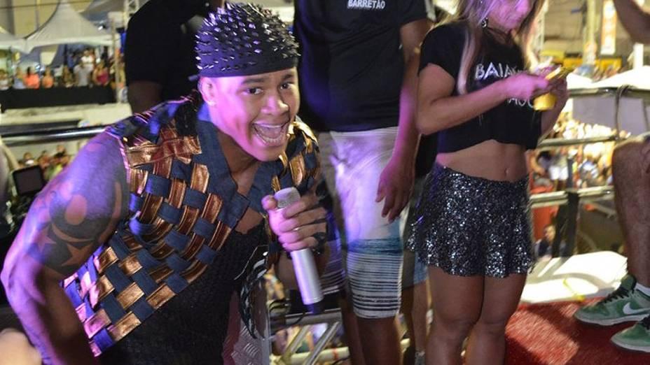 Léo Santana, da banda Parangolé, canta em cima do trio elétrico no Carnaval de Salvador