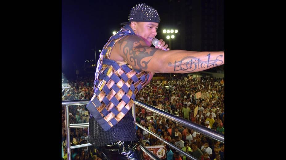 Léo Santana da banda Parangolé aderiu ao figurino ousado e subiu no trio elétrico vestido com um colete de couro metalizado trançado