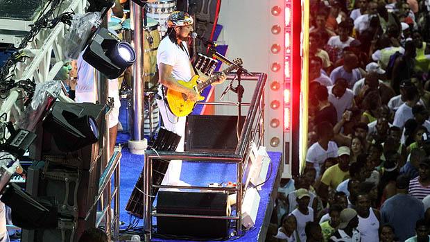 Bell Marques do Chiclete com Banana, durante show no circuito Osmar