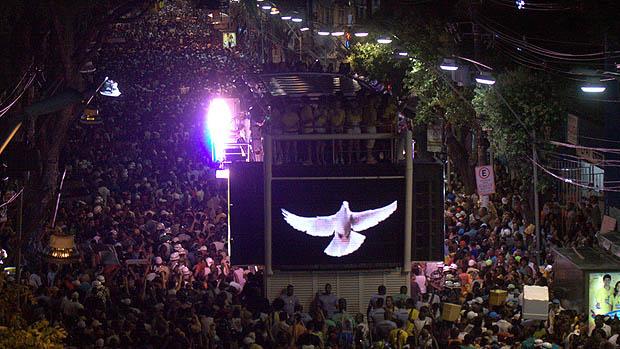 Chiclete com Banana, se apresentou durante a primeira noite de carnaval no circuito Osmar