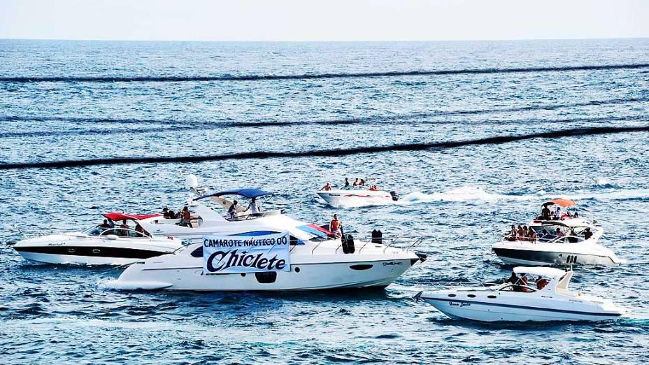 Público faz brincadeira e cria o camarote náutico do Chiclete com Banana em lancha ancorada em praia de Salvador