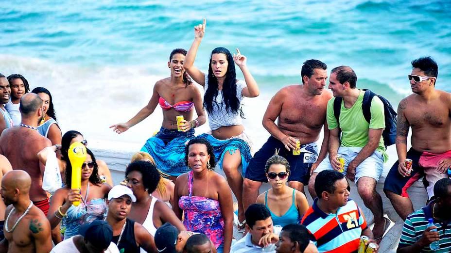 Chicleteiros se divertem na passagem do trio elétrico durante tarde de segundo dia de carnaval em Salvador