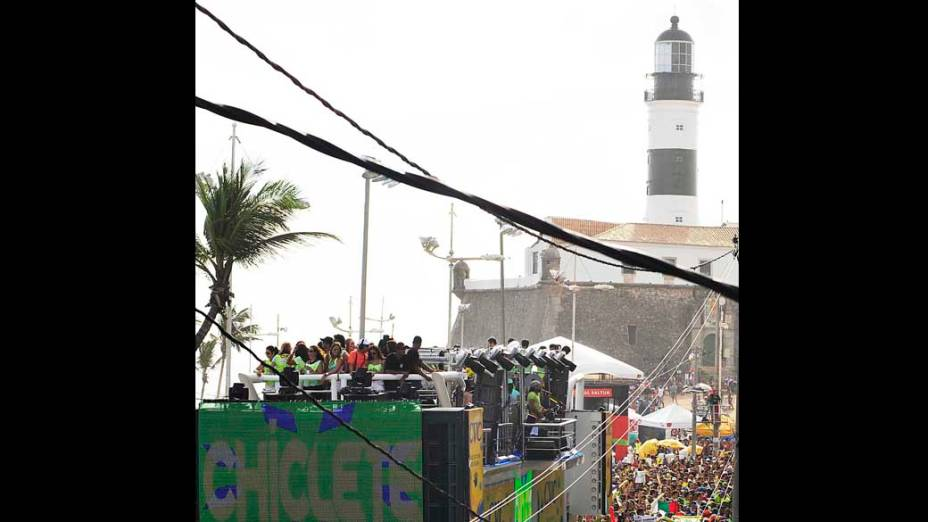 Turistas e populares curtem a passagem do Chiclete com Banana pelo circuito Barra-Ondina