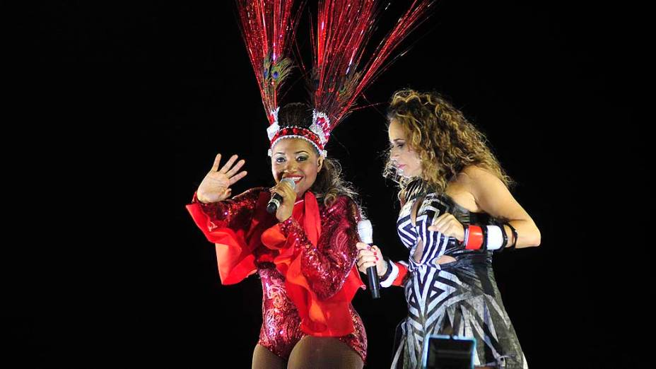 Daniela Mercury desfila com Gaby Amarantos pelo Circuito Barra-Ondina