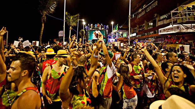 Foliões no Carnaval de Salvador, em 01/03/2014