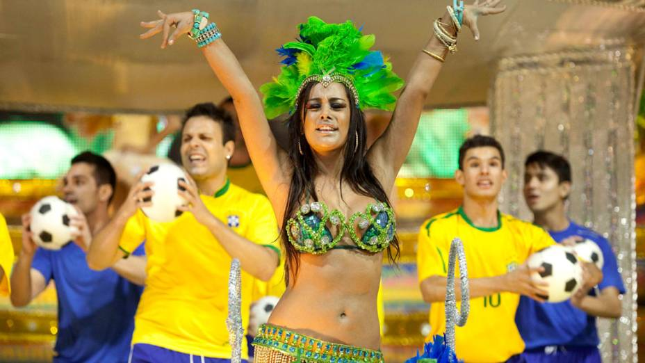A modelo paraguaia Larissa Riquelme desfilou pela Unidos de Vila Maria, em São Paulo