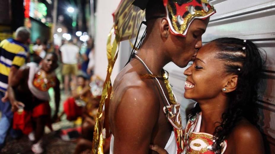 Casal antes de apresentação no primeiro dia de Carnaval em Salvador