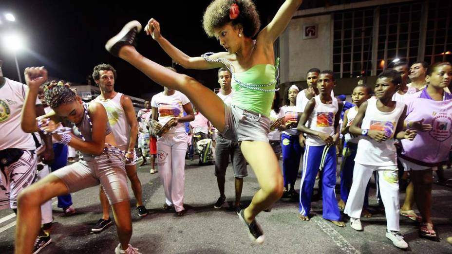 Apresentação de capoeira durante o primeiro dia de Carnaval em Salvador