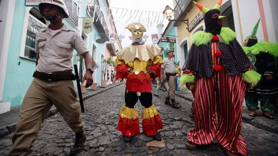 Policial e foliões antes de apresentação no primeiro dia de Carnaval em Salvador