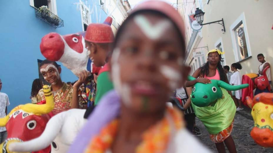 Foliões antes de apresentação no primeiro dia de Carnaval em Salvador