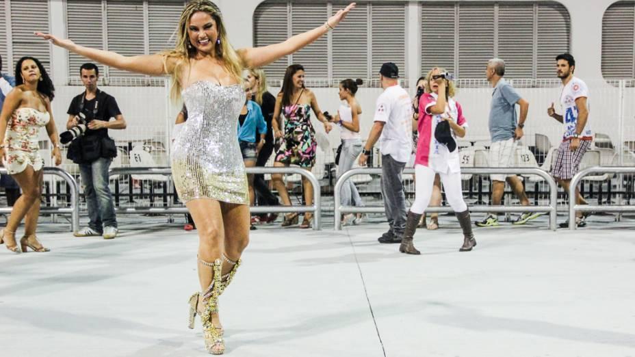 Ellen Roche desfila como madrinha de bateria da Rosas de Ouro, durante ensaio técnico no Anhembi, em São Paulo