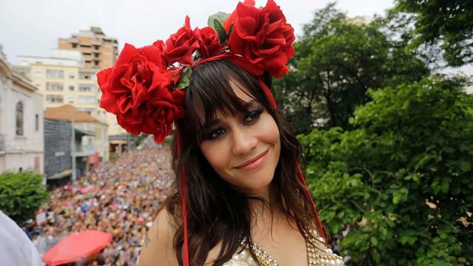 A atriz Alessandra Negrini no tradicional bloco de carnaval Baixo Augusta, na região central de São Paulo