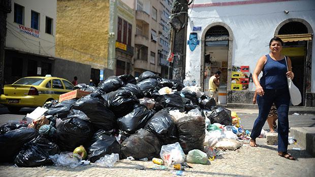 Lixo pelas ruas do Rio de Janeiro durante a greve dos garis