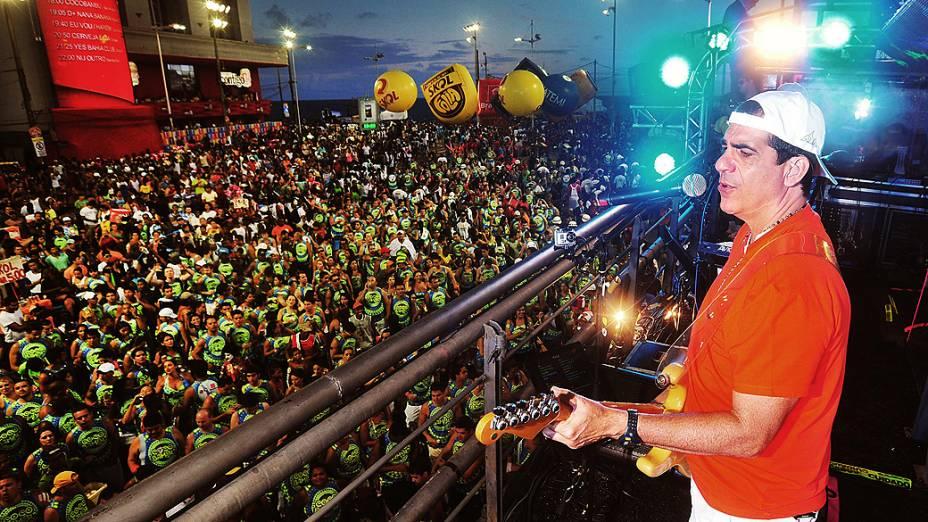 Durval Lelys do Asa de Águia abre os desfiles do circuito Dodô no comando do bloco CocoBambu