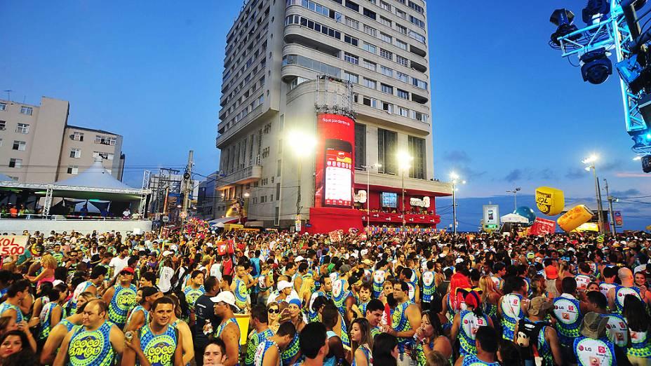Foliões concentrados para assistir Durval Lelys, com o bloco Coco Bambu, no primeiro dia do carnaval em Salvador