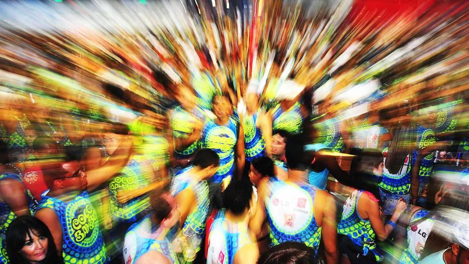 Foliões concentrados para acompanhar o bloco Cocobambu, comandado por Durval Lelys, que comemora 25 anos de carreira
