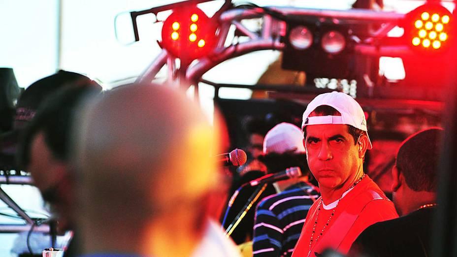Durval Lelys se prepara para dar início aos desfiles no circuito Dodô a frente  do bloco CocoBambu