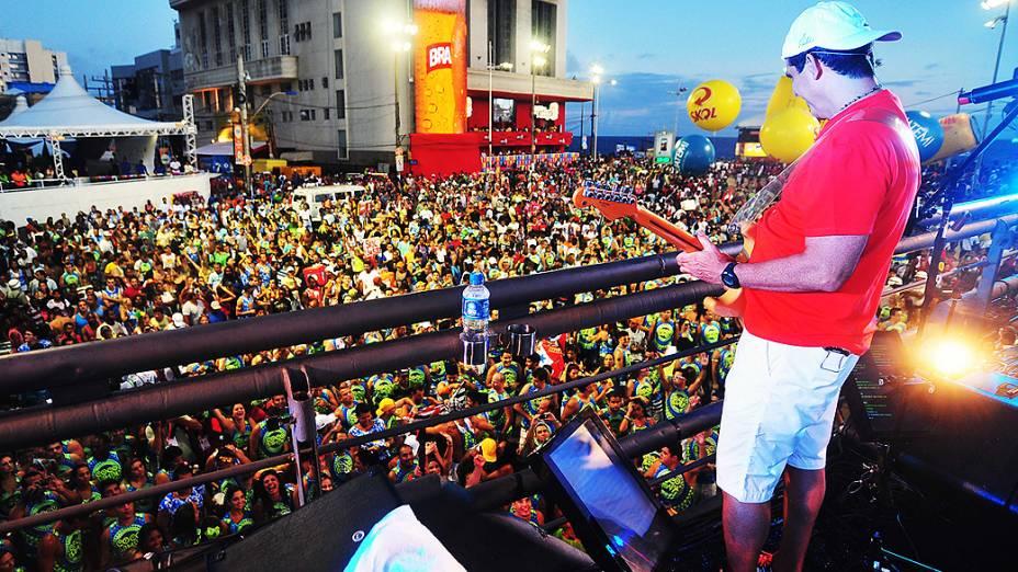 Durval Lelys, do Asa de Águia, canta os hits Dança do Vampiro e Por Amor na abertura do circuito Dodô