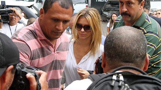 Carolina Dieckmann chega à delegacia para prestar depoimento sobre fotos furtadas