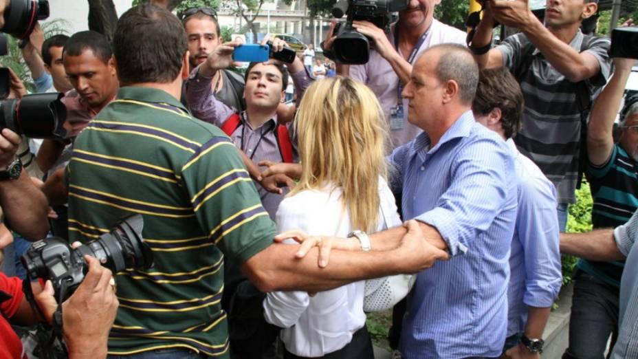 A atriz Carolina Dickmann cercada por fotógrafos na chegada à delegacia, para prestar depoimento sobre o roubo de fotos de seu computador