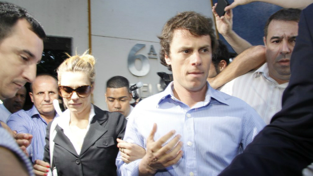 A atriz Carolina Dieckmann e o marido, Tiago Worcman, saem da Delegacia de Repressão aos Crimes de Informática (DRCI), no Centro do Rio