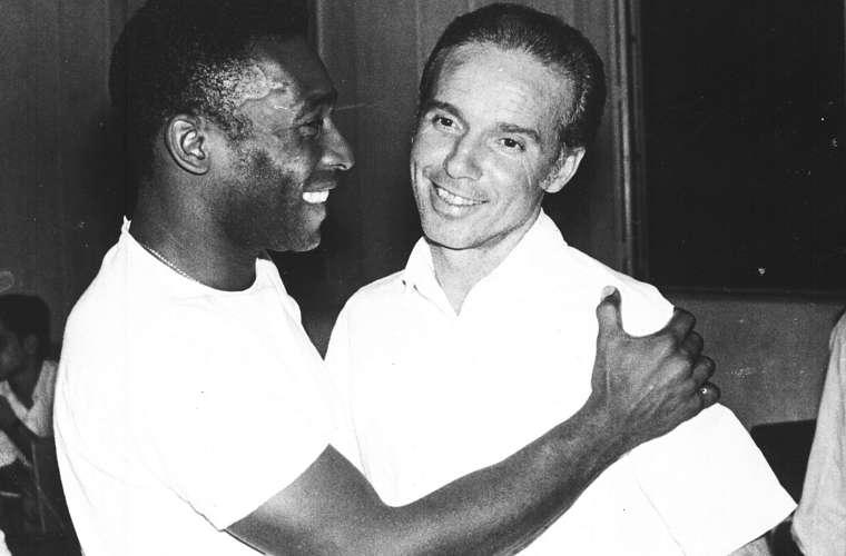 Pelé cumprimenta Zagallo pela nomeação de técnico da seleção brasileira, em 1970.