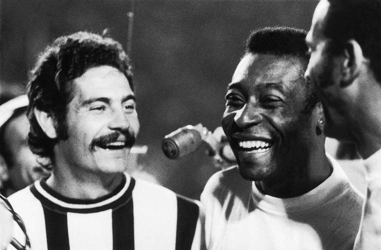 Rivelino, então jogador do Corinthians, e Pelé, que jogava pelo Santos, durante clássico entre os times paulistas no estádio do Pacaembu, em 1971.