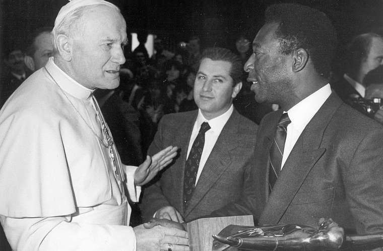 O ex-jogador se encontrou com o Papa João Paulo II durante uma missa privada no Vaticano, em 1987.