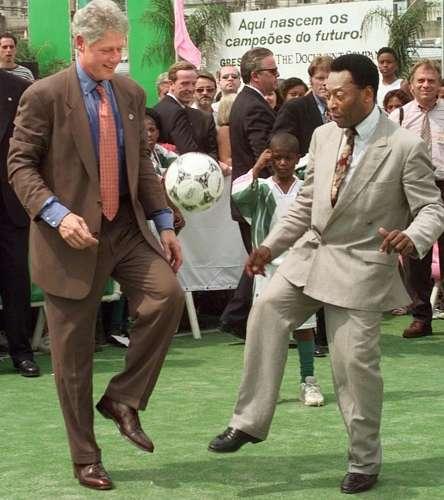 O ex-presidente americano Bill Clinton arrumou um tempo para jogar bola com Pelé enquanto visitava a Mangueira, no Rio de Janeiro, em 1997.