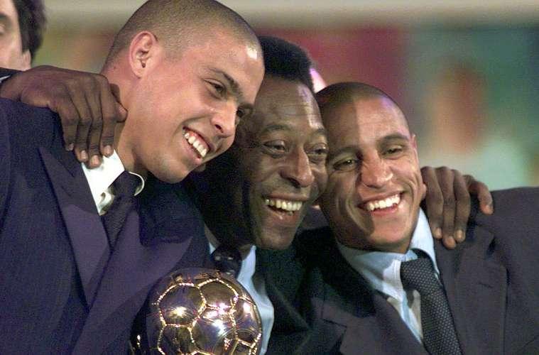 Entre Ronaldo e Roberto Carlos quando foram escolhidos pela Fifa os dois melhores jogadores de futebol do mundo (Ronaldo em primeiro), em janeiro de 1998.