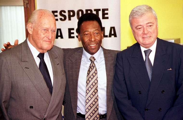 Em 2001, com João Havelange (à esq.) e Ricardo Teixeira, presidente da CBF, durante discussão sobre a reestruturação do futebol brasileiro. O tema foi motivo de muita briga entre Pelé e Havelange.