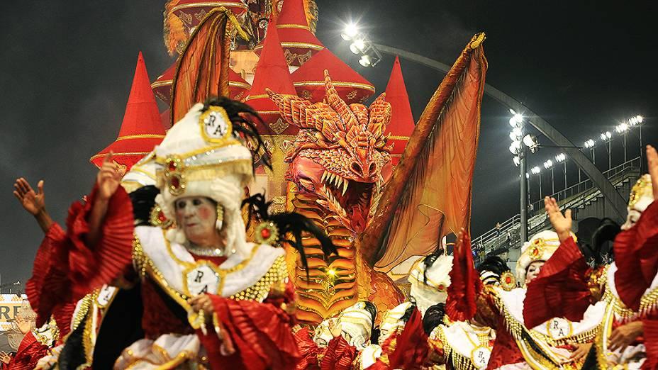 Carro abre alas da escola de samba Dragões da Real