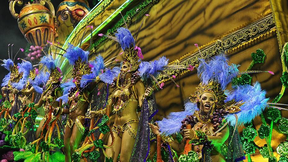 Carro alegórico da Vai-Vai, no primeiro dia de desfiles no Anhembi