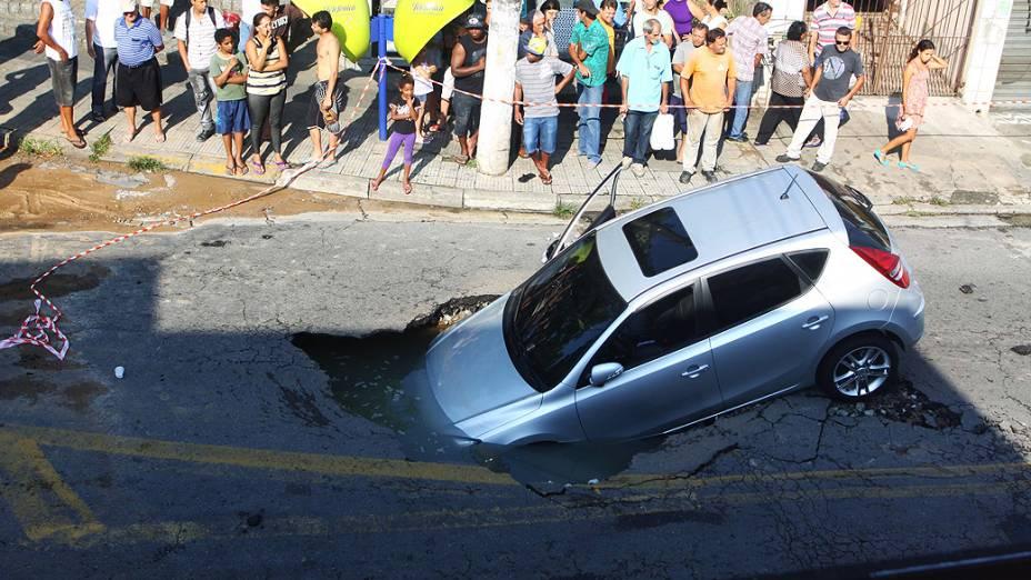 Um carro caiu em um buraco na manhã desta quinta-feira (6) em Osasco, na Grande São Paulo. O acidente causou uma pausa no fornecimento de água na região