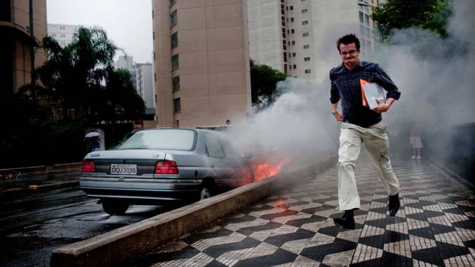 Veículo em chamas no viaduto Paraíso, centro de São Paulo