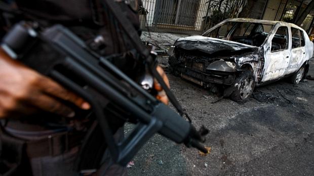 Carro incendiado em Botafogo na madrugada desta quinta-feira, dia 25 de novembro