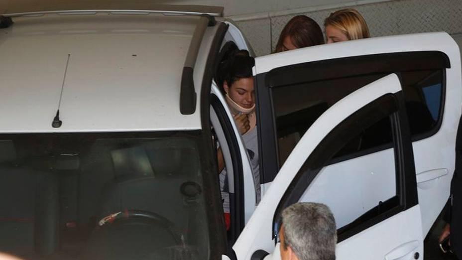 Isis Valverde deixa o hospital Barra DOr usando um colar cervical, no Rio