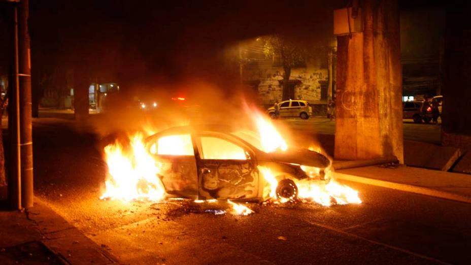 Na quarta-feira, dia 24 de novembro, carro queimado em Rio Comprido, na zona norte do Rio de Janeiro