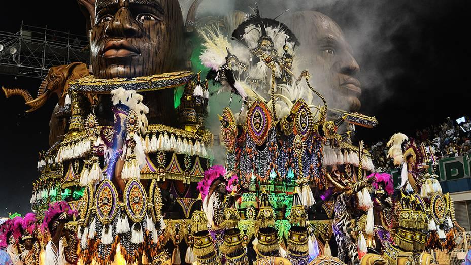 Carro alegórico da Rosas de Ouro durante desfile no sambódromo do Anhembi