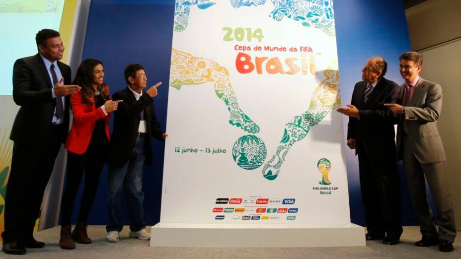 Ronaldo, Marta, Amarildo, Carlos Alberto Torres e Bebeto apresentam o cartaz oficial da Copa do Mundo de 2014, no Rio de Janeiro