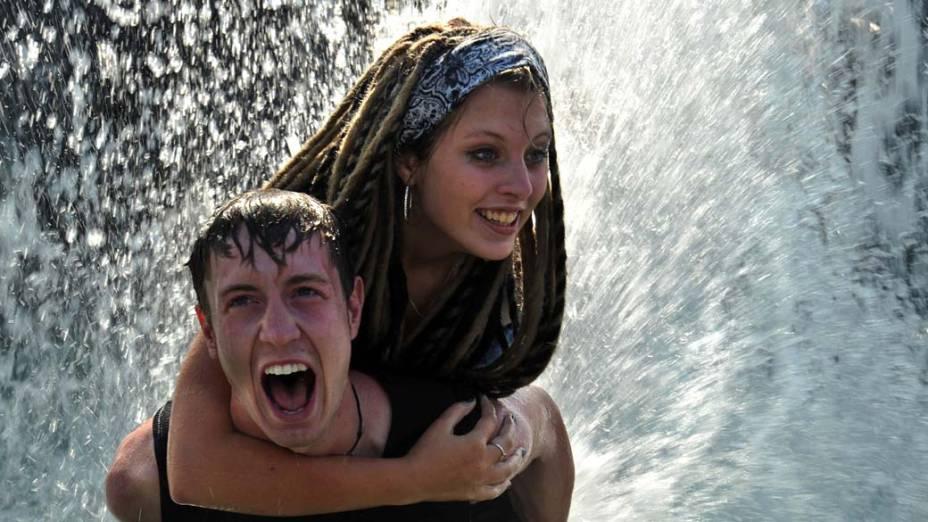 Casal se refresca em fonte no centro de Moscou, Rússia