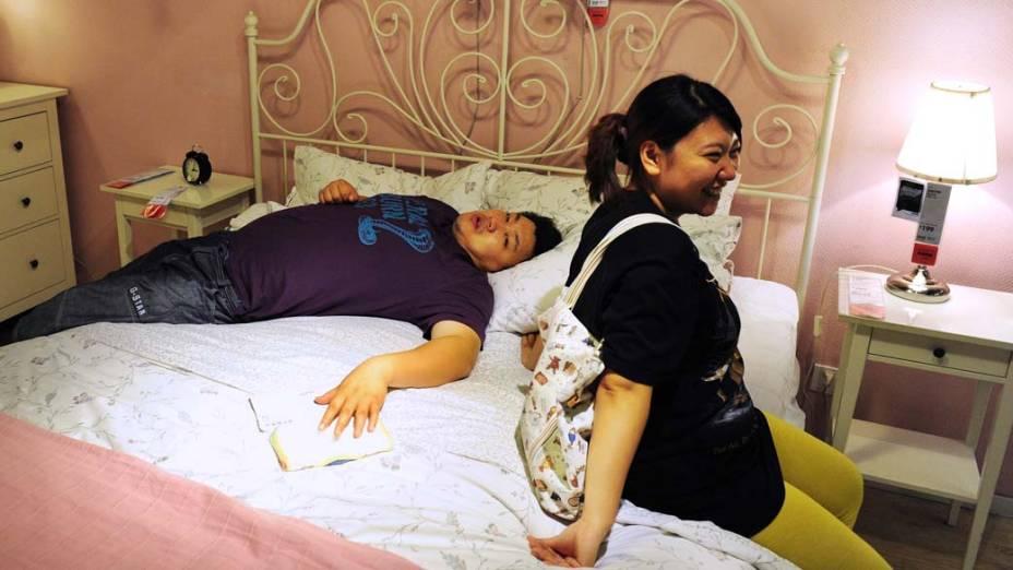 Casal em loja de móveis no centro de Pequim, China