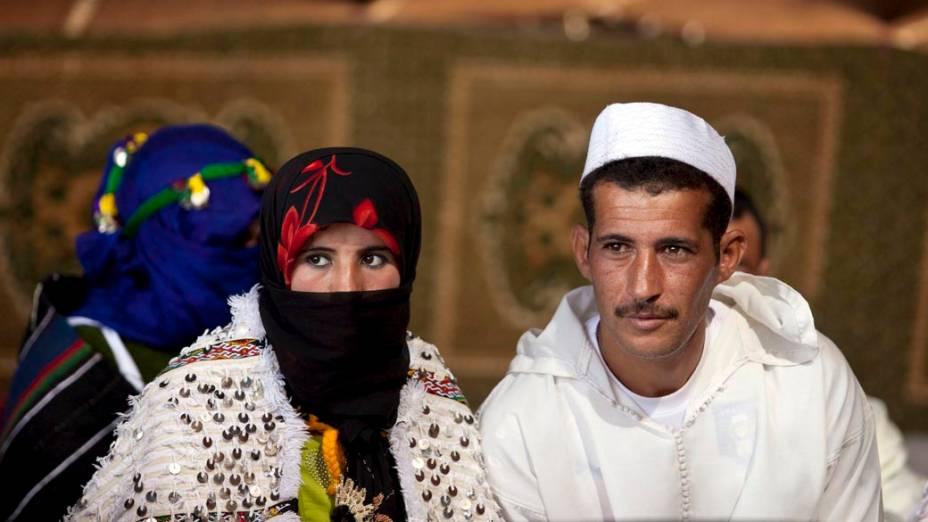 Casal participa de tradicional cerimônia de casamento coletivo em Imilchil, no sul do Marrocos
