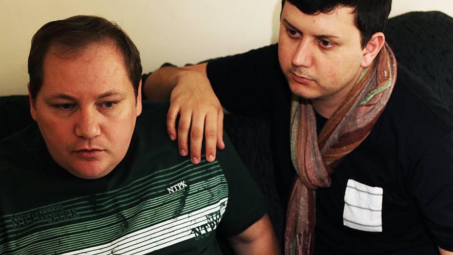 """Mesmo reconhecidos na rua como """"o casal gay de Jacareí"""", Luiz André e Sérgio ainda evitam demonstrações de carinho em público por causa do preconceito"""