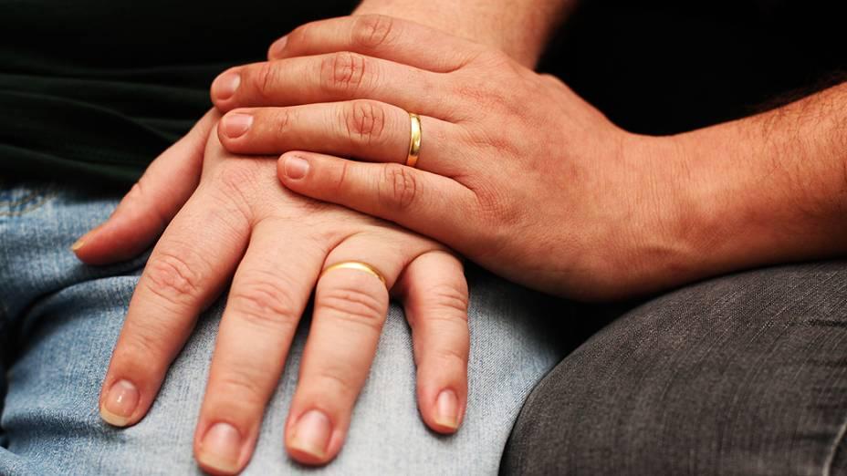 O casal adotou todos os símbolos tradicionais do casamento: usam aliança e trocaram de sobrenome