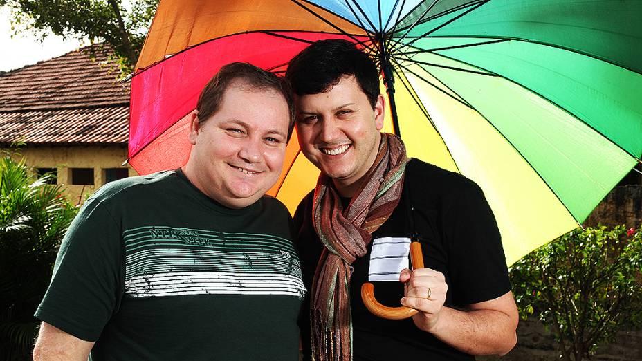O ativista social Luiz André (esq), 38 anos, e o cabeleireiro Sérgio Sousa Moresi, 30, completam nesta quinta um ano de casados. Foi o primeiro casal gay do país a ter a união estável convertida em casamento