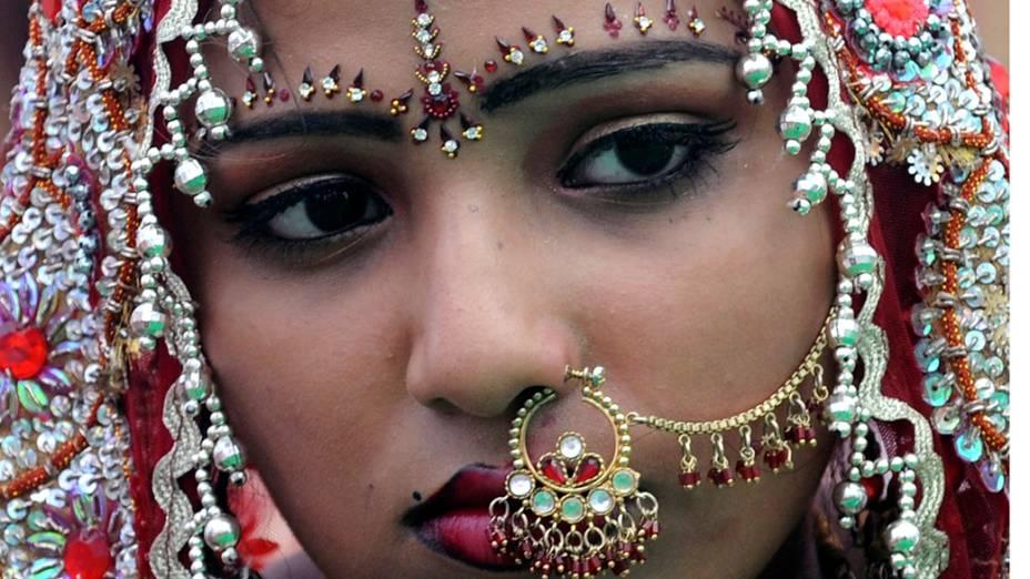 Noiva indiana durante casamento coletivo que uniu 121 casais na região da fronteira entre Índia e Paquistão. A ação é organizada por entidades sociais e tem o intuito de ajudar pessoas de baixa renda a realizar cerimônias de casamento