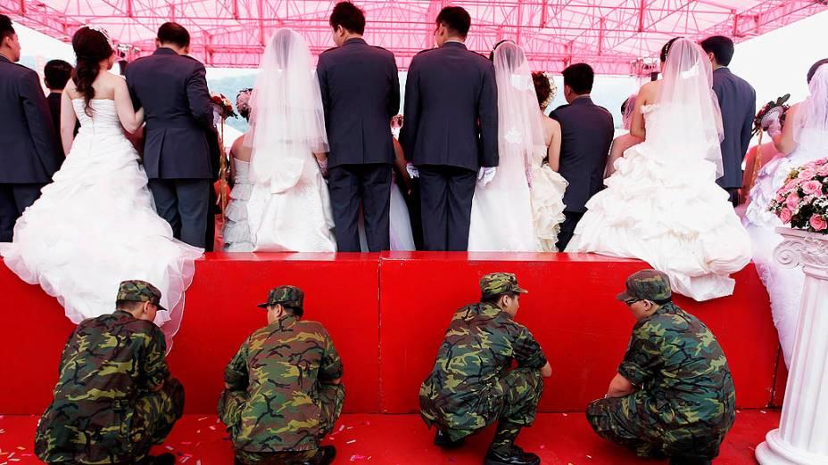 Soldados sustentam plataforma para prevenir acidente durante casamento militar coletivo em Taipei (Taiwan)