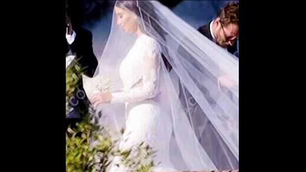Kim Kardashian aprimorou seu senso de moda no casamento com Kanye West e desfilou um rendado assinado pela grife Givenchy